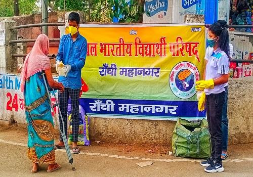 विद्यार्थी परिषद का अभियान, कार्यकर्ता जरूरतमंदों तक पहुंचा रहे हैं खाना